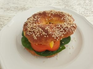 Wit bordje met vegetarische bagel